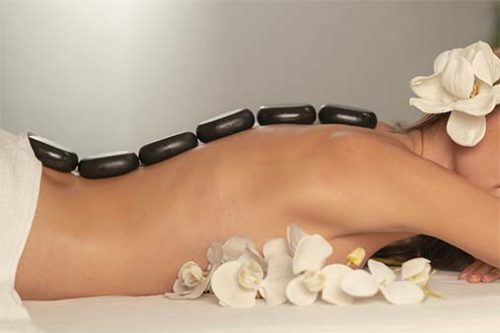 Massage illustrant les pierres chaudes